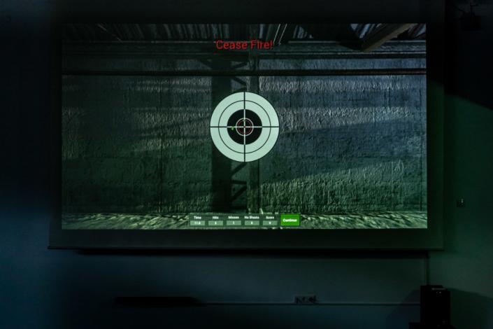 Ausstattung Trainingszentrum | Schuss und Treffer mit Laser | Act & Respond GmbH