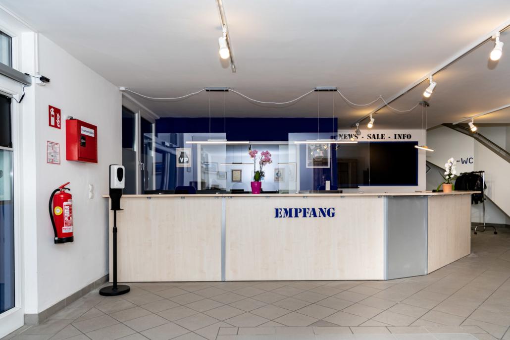 Ausstattung Trainingszentrum | Empfang mit Store | Act & Respond GmbH