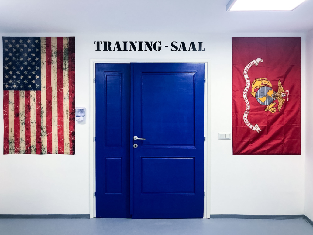 Ausstattung Trainingszentrum | Eingang zum Trainingsaal | Act & Respond GmbH